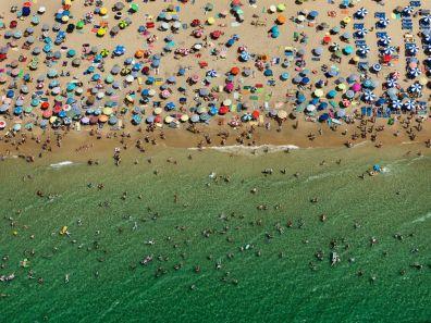 Vista aèria de la platja de Benidorm (Espanya). Edward Burtynsky, 2010