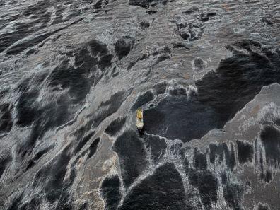 Milions de barrils de petroli vessats al Golf de Mèxic al maig de 2010. Edward Burtynky.